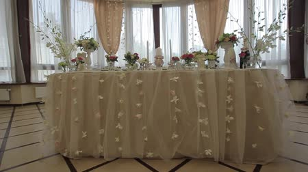 романтический : Festive, decorated banquet hall for weddings. Beautiful elegant wedding reception table arrangement. Tables setting at a luxury wedding hall. Стоковые видеозаписи