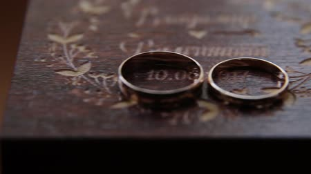 casar : Two wedding ring in wooden box. Wedding concept. Stock Footage