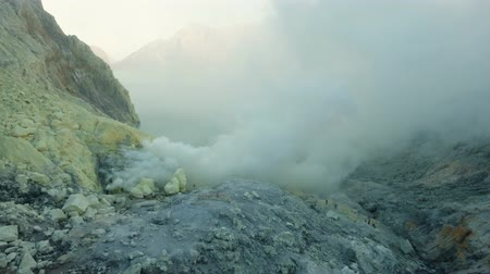 кратер : Kawah Ijen, crater with acidic crater lake the famous tourist attraction, where sulfur is mined. Aerial view of Ijen volcano complex is a group of stratovolcanoes in the Banyuwangi Regency of East Java, Indonesia. 4K Aerial footage.