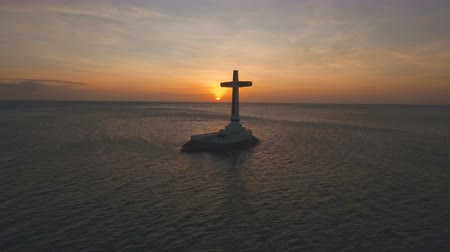 マーカー : Aerial view Sunken Cemetery cross at sunset in Camiguin Island, Philippines. Large crucafix marking the underwater sunken cemetary of the coast of camiguin island near mindanao in the Philippines. Cat