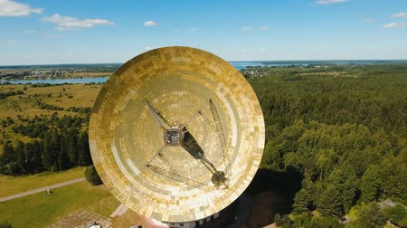 teleskop : Radio astronomy observatory located in the forest. Aerial view Giant radio telescop, Large satellite dish.drone footage, 4k. Stok Video