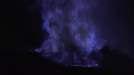 enxofre : Blue fire of burning sulfur in a crater of a volcano Kawah ijen, Java, Indonesia. Famous tourist attraction, where sulfur is mined. Ijen volcano complex is a group of stratovolcanoes in the Banyuwangi Regency of East Java.
