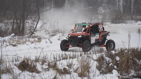 Sportwedstrijd Rusland op ATV 27 januari 2018: ATV winterracen, zij-aan-zij-voertuigen. Rally op de buggy in de sneeuw op een winterse dag. Racen in de SXS-klasse. Off Road Series racen. Stockvideo