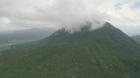 filipíny : Aerial view of mountains covered forest, trees in cloudy weather, Bulusan Volcano. Luzon, Philippines. Slopes of mountains with evergreen vegetation. Mountainous tropical landscape.