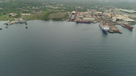 造船所 : Aerial view of shipyard with ships in docks, cranes and warehouses. Batangas Shipyard, Philippines, Luzon.