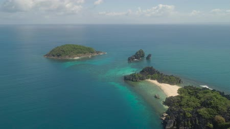 filipíny : Aerial view island with sand beach and turquoise water in blue lagoon among coral reefs, Caramoan Islands, Philippines. Landscape with sea, tropical beach.