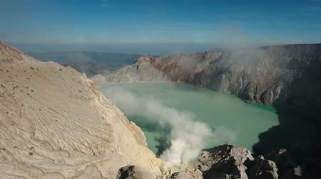 enxofre : Crater with acidic crater lake Kawah Ijen the famous tourist attraction, where sulfur is mined. Aerial view of Ijen volcano complex is a group of stratovolcanoes in the Banyuwangi Regency of East Java, Indonesia. 4K Aerial footage. Stock Footage