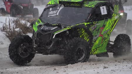 крайняя местности : Sports competition Russia on ATV January 27, 2018: Winter racing atv, side-by-side vehicles. Rally on the buggy on the snow on a winter day. Racing in the SXS class. Off Road Series racing. Стоковые видеозаписи