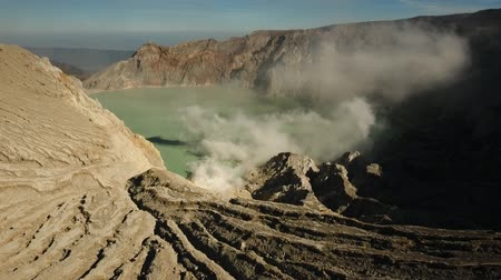 кратер : Crater with acidic crater lake Kawah Ijen the famous tourist attraction, where sulfur is mined. Aerial view of Ijen volcano complex is a group of stratovolcanoes in the Banyuwangi Regency of East Java, Indonesia. 4K Aerial footage. Стоковые видеозаписи
