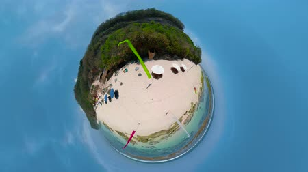 сферический : little planet view sea coast with tropical beach. surf, waves crushing on coral reef. Bali,Indonesia, travel concept.