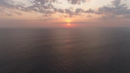 trópicos : aerial view sunset over ocean. seascape Colorful sunset over the sea in the tropics