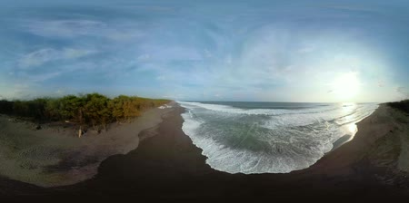 trópicos : vr360 sandy beach near ocean with big waves in tropical resort. aerial view seascape, ocean and beautiful beach. Travel concept. Indonesia, jawa Vídeos