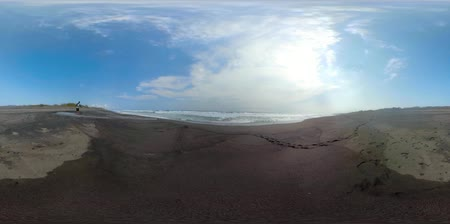 trópicos : vr360 sandy beach near ocean with big waves in tropical resort. seascape, ocean and beautiful beach. Travel concept. Indonesia, jawa