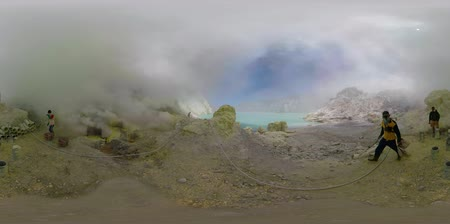 кратер : vr360 workers mine sulfur by hand, crater acid lake Kawah Ijen. mountain landscape Sulfur gas, smoke. Indonesia, Jawa Стоковые видеозаписи