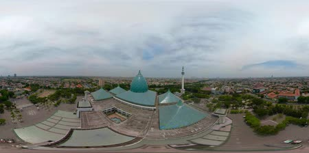 cami : vr360 largest mosque in Indonesia Al-Akbar in Surabaya, Indonesia. aerial view mosque in modern city Stok Video