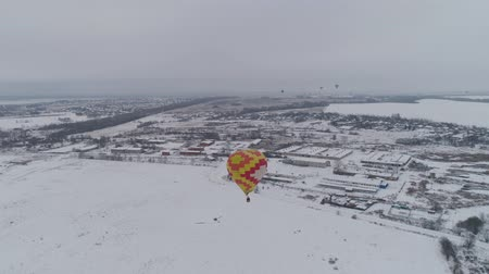 dirigível : Hot air balloons in the winter season. Aerostat, Airship. Red balloon. 4k Vídeos