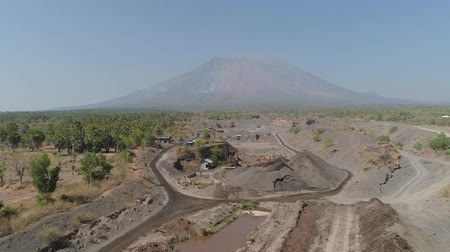 taş ocağı : Heavy machinery at gravel and sand quarry. excavator loads gravel truck, extraction volcanic sand at sorting crushing complex. rock crushing and screening equipment Agung, Bali, Indonesia