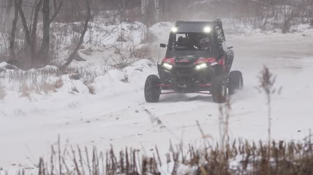 ралли : Sports competition Russia on ATV January 27, 2018: Winter racing atv, side-by-side vehicles. Rally on the buggy on the snow on a winter day. Racing in the SXS class. Off Road Series racing. Стоковые видеозаписи