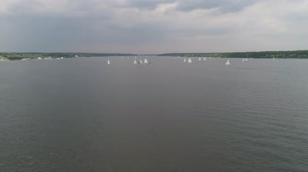 マスト : Aerial view sailboats floats on water surface lake. Landscape with sailing yachts, sailing regatta in the water bay.