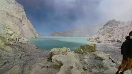 enxofre : workers mine sulfur by hand, crater acid lake Kawah Ijen. mountain landscape Sulfur gas, smoke. Indonesia, Jawa