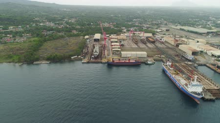 estaleiro : Aerial view of shipyard with ships in docks, cranes and warehouses. Batangas Shipyard, Philippines, Luzon.