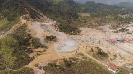 kükürt : plateau with volcanic activity, geothermal activity and geysers. aerial view volcanic landscape Dieng Plateau, Indonesia. Famous tourist destination of Sikidang Crater it still generates thick sulfur fumes. Stok Video