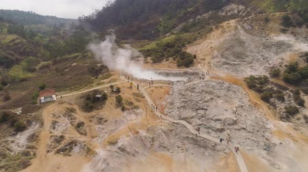 géiser : plateau with volcanic activity, mud volcano Kawah Sikidang, geothermal activity and geysers. aerial view volcanic landscape Dieng Plateau, Indonesia. Famous tourist destination of Sikidang Crater it still generates thick sulfur fumes.