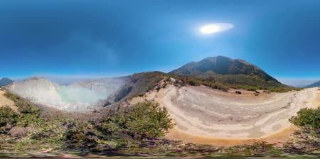 vulkán : vr360 mountain landscape with crater acid lake Kawah Ijen where sulfur is mined. Sulfur gas, smoke. Indonesia, Jawa