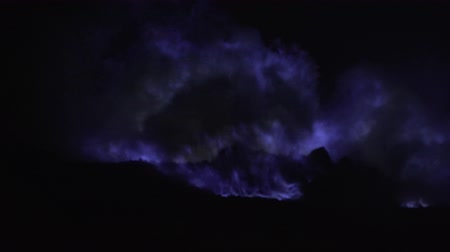 kükürt : Blue fire of burning sulfur in a crater of a volcano Kawah ijen, Java, Indonesia. Famous tourist attraction, where sulfur is mined. Ijen volcano complex is a group of stratovolcanoes in the Banyuwangi Regency of East Java.