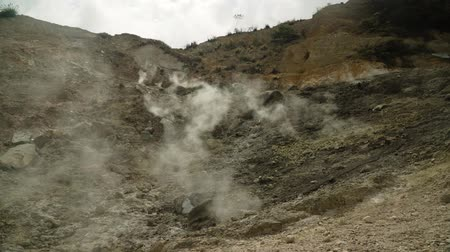 geotermální : plateau with geothermal volcanic activity, geysers. volcanic landscape Dieng Plateau, Indonesia. Famous tourist destination of Sikidang Crater it still generates thick sulfur fumes.