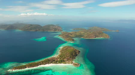 souostroví : aerial view tropical islands with blue lagoon, coral reef and sandy beach. Palawan, Philippines. Islands of the Malayan archipelago with turquoise lagoons. Dostupné videozáznamy
