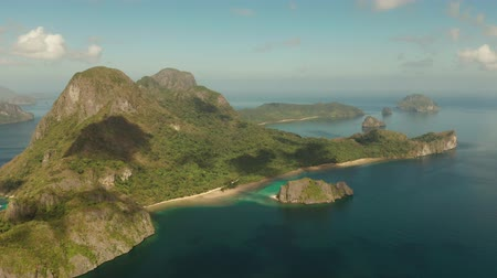 zátoka : aerial view Seascape with tropical bay, rocky islands, ocean blue water. islands and mountains covered with tropical forest. El nido, Philippines, Palawan. Tropical Mountain Range