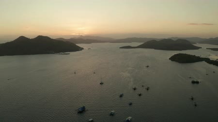 takımadalar : aerial view Sea bay with boats at sunset. Sunset over the sea with islands. Philippine Islands in the evening. Busuanga, Palawan, Philippines Stok Video