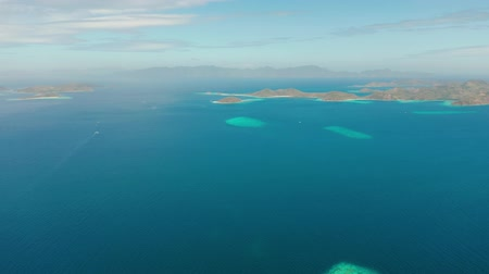 takımadalar : aerial view tropical islands with blue lagoon, coral reef and sandy beach. Palawan, Philippines. Islands of the Malayan archipelago with turquoise lagoons. Stok Video