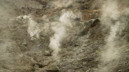гейзер : plateau with geothermal volcanic activity, geysers. volcanic landscape Dieng Plateau, Indonesia. Famous tourist destination of Sikidang Crater it still generates thick sulfur fumes.
