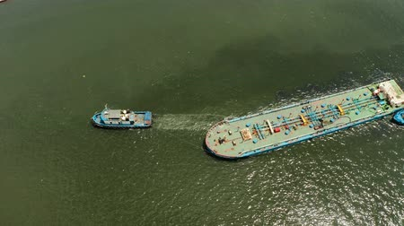 rimorchiatore : Aerial view of tugboats maneuvers other barges or vessel. Tugs and cargo ship on the river
