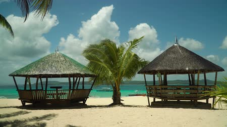 bungaló : Tropical beach with bungalows and blue sea. Summer and travel vacation concept