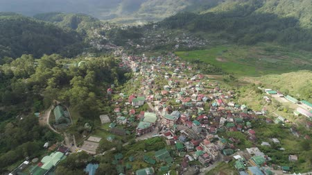 paisagem urbana : Aerial view town Sagada, located in mountainous province of Philippines. City in valley among mountains covered with forest. Vídeos