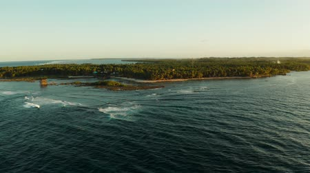 nove : Surfers on the waves in the place of cloud 9 on the island of Siargao, the famous surf spot from above. Vídeos
