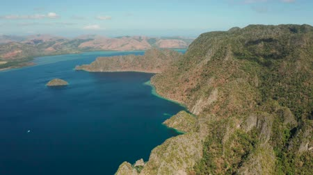 Океания : Aerial tropical landscape, lagoon with blue water and mountains of tropical island .lagoons and coves with blue water among the rocks. lagoon, mountains covered with forests. Seascape, tropical landscape. Palawan, Philippines, Coron