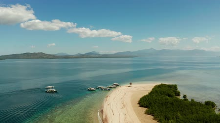 etoile de mer : Beautiful beach on tropical island surrounded by coral reef, sandy bar with tourists. honda bay top view. Starfish island. Summer and travel vacation concept, Philippines, Palawan