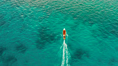 veículo aquático : Speed boat on the surface of the lagoon with turquoise water, aerial view. Summer and travel vacation concept. Balabac, Palawan, Philippines.