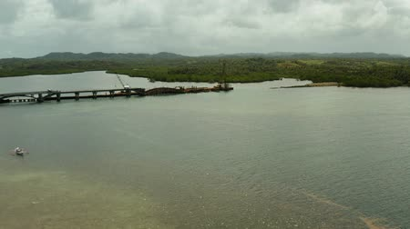 ponte sospeso : Construction of a new bridge over the sea bay on the tropical island of Siargao. Filmati Stock