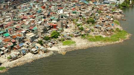 keet : Slums with shacks of local residents and the river bank littered with garbage from above. Manila, Philippines. Stockvideo