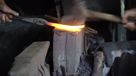 jiskry : Blacksmiths hammer hot metal on the anvil with hammers. Anvil in the forge Dostupné videozáznamy