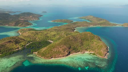 takımadalar : aerial seascape Lagoons with blue, azure water in middle of small islands. Palawan, Philippines. tropical islands with lagoons, coral reef. Islands of the Malayan archipelago with turquoise lagoons.