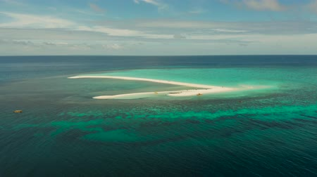 zátoka : Tropical island and sandy beach with tourists surrounded by coral reef and blue sea, aerial view. Sandbar Atoll. Island with sand bar and coral reef. Summer and travel vacation concept, Camiguin, Philippines. Dostupné videozáznamy