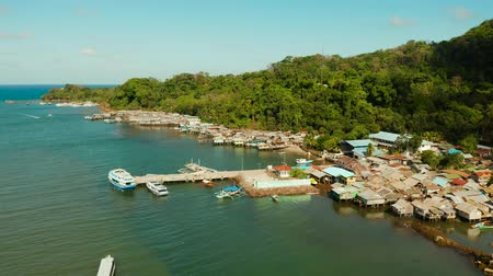 навес : Village of stilt houses built over the sea, top view. City and port on Balabac Island, Palawan, Philippines. Стоковые видеозаписи