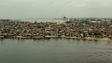 keet : Slum area near port in Manila, Phillippines, top view. lot of garbage in the water. Stockvideo
