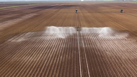 borrifador : aerial view Center pivot agriculture irrigation machine of crops. An irrigation pivot watering agricultural land. Irrigation system watering farm land.